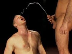 Schwule Jungs pissen sich an