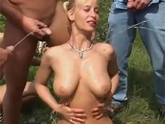 Sexy Milf bekommt Pipidusche