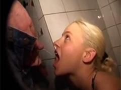 Blonde Amateurin säuft Urin