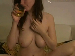 Dickbusige Amateurin pisst ins Glas