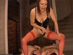 Asia Femdom züchtigt Sklaven