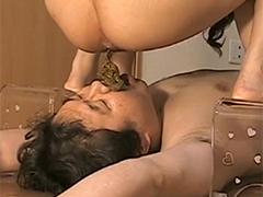 Japanerin kackt Sklave ins Maul