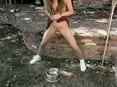 Vintage Girl pisst im Freien