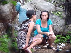 Amateur Girls pissen im Wald