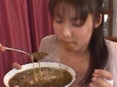 Asia Teenie muss Exkremente schlucken