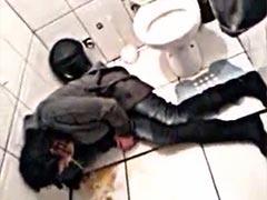 Betrunkenes Girl beim Kotzen auf Toilette
