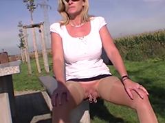 Deutsche Mutter pinkelt im Freien