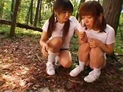 Junge Asiatin muss im Wald kotzen