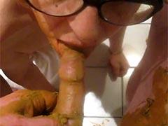 Perverse Hausfrau beim Scat Blowjob