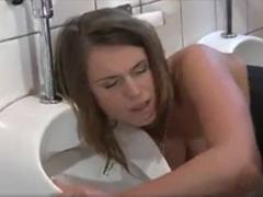 Auf Toilette wird die Nutte geknallt