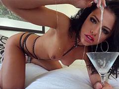 Sexy Schlampe masturbiert mit viel Rachenschleim