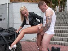 Outdoor Pornofilm mit reichlich Pipi