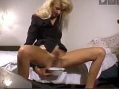 Blonde Hausfrau muss mal Pipi