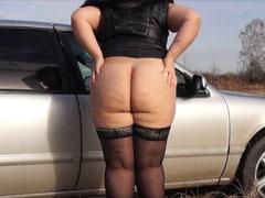 Dicke Amateurin pinkelt auf den Parkplatz