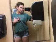 Frau filmt sich beim Pissen und Scheissen