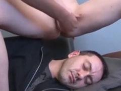 Lesben pissen auf schlafenden Sklaven