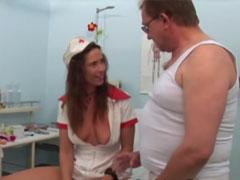 Krankenschwester gurgelt mit Pipi