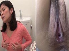 Japanisches Mädchen pisst ins Klo
