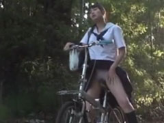 Mädchen masturbiert auf dem Fahrrad