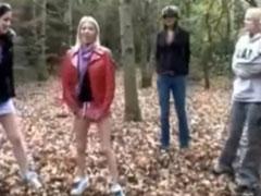 Mädchen pissen sich in die Hosen