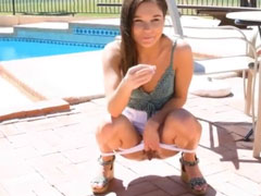 Mädchen pisst am Pool
