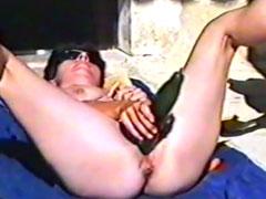Frau fickt sich mit Gemüse und pisst dann