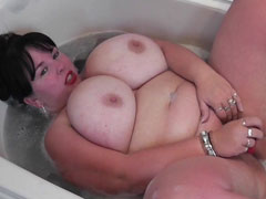 Ehefrau auf die dicken Titten pissen