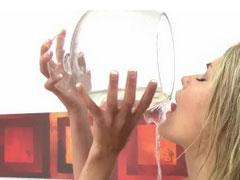 Blondine mit Glas voller Pisse