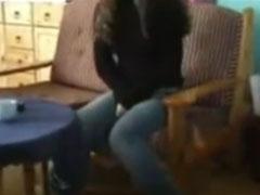 Mädchen pisst sich in die Hosen