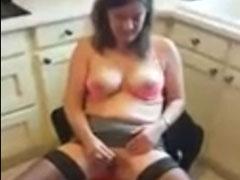 Hausfrau masturbiert in der Küche