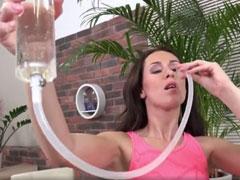 Frau liebt frischen Urin