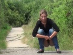 Mädchen pisst auf einen Weg