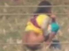 Mädchen pisst auf einer Wiese