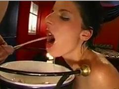 Hausfrau leckt Pisse vom Spiegel ab
