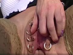 Hausfrau mit geilen Intimpiercings