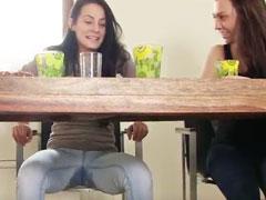 Mädchen pisst sich in die Jeans