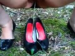Fette Frau pisst in ihre Schuhe