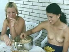 Lesben Fressen und Pissen im Garten