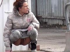 Auch Frauen pissen in der Stadt