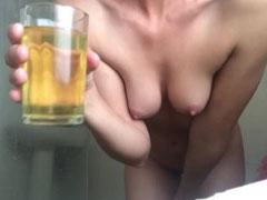 Frau trinkt leidenschaftlich gern Urin