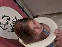 Mädchen spielt Toilette