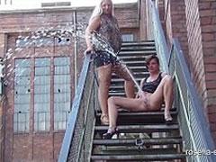 Frauen pissen von einer Treppe
