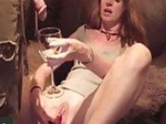 Frau trinkt Pisse und masturbiert dabei