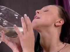 Heißes Luder trinkt ihre Pisse