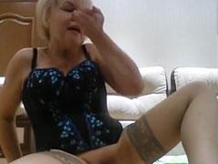 Oma pinkelt sich auf die Hände