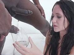 Frau trinkt Pisse zweier Schwarzer