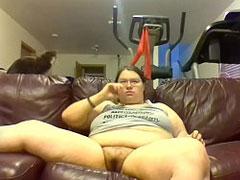 Fettes Mädchen pisst auf ihre Couch