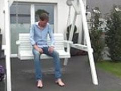 Mann im Garten angepisst