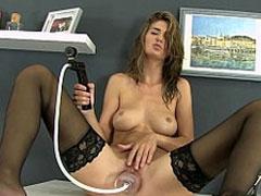 Frau pumpt sich den Fotzensaft ab