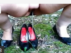 Frau pisst sich in die Schuhe